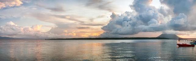 zonsondergang in het turkooise tropische kristalheldere water van het paradijselijke eiland