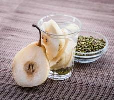 doordrenkt watermengsel van peer en mungboon foto