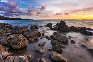 tropisch strand bij zonsondergang.