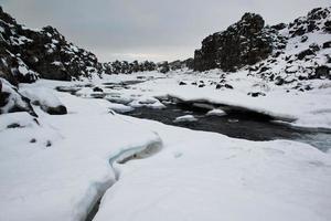 nationaal park pingvellir, winterrivier, sneeuw, zuid-ijsland foto