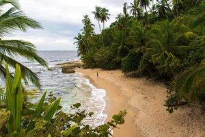 vrouw op Caribisch strand in Costa Rica