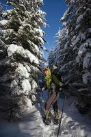 wandelaar wandelen in de winter Karpaten foto