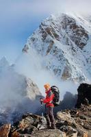 wandelen in khumbu walley in de bergen van de Himalaya foto
