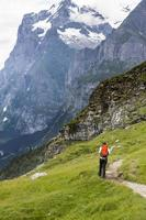 vrouw wandelen onder klif foto