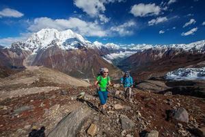 wandelaar op trektocht in de Himalaya, Manaslu-regio, Nepal foto