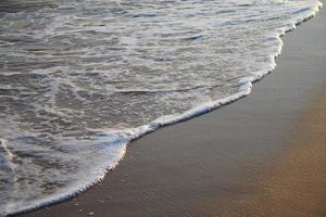 zee golf over zandstrand foto