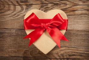 concept cadeau. doos in de vorm van een hart foto