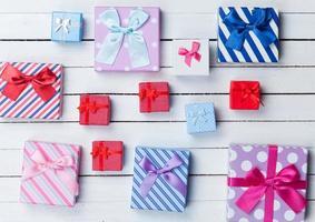 geschenkdozen op witte backgrund foto