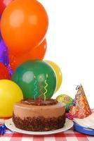 chocolade verjaardagstaart en ballonnen foto