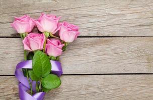 tuin roze rozen boeket over houten tafel