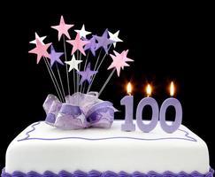100ste verjaardag paarse en witte cake foto