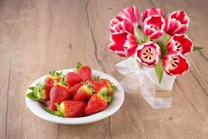 aardbeien en tulpen