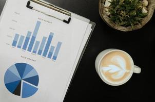 bovenaanzicht van zakelijke documenten en koffiemok