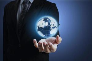 earth globe in zijn handen foto