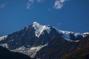 gletsjer en sneeuw op de berg in alaska foto