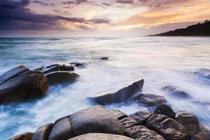 zee stenen bij zonsondergang foto