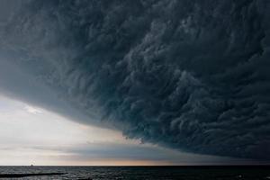 stormachtige wolk boven de zee