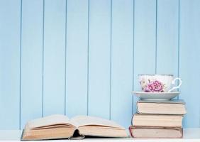 oude antiquarische boeken, glazen en porseleinen beker op de boekenplank foto