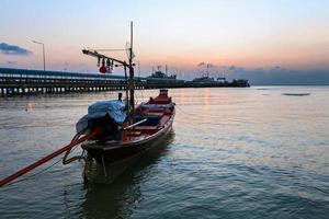 boot en zeehaven bij zonsondergang