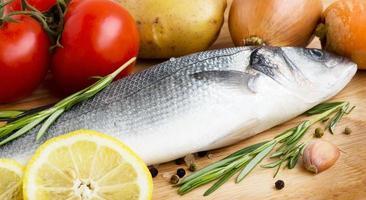 zeebaars met groenten en citroen
