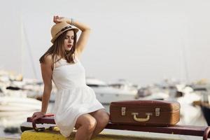 jonge vrouw klaar voor zeecruise