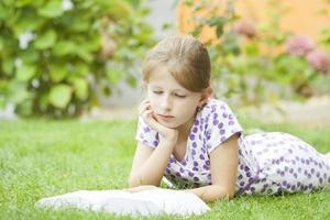 meisje dat een boek in het park leest