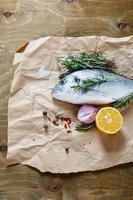 zeebrasem met ui, citroen en rozemarijn