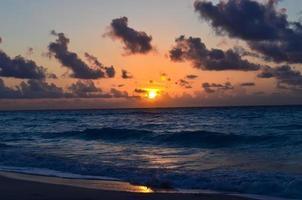 senset op het zeestrand in Cancun