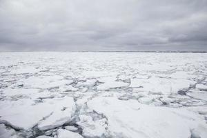 ijsbergen drijvend in de zee van japan, hokkaido, japan foto