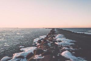 zonsondergang over bevroren zee - vintage retro effect