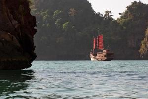 passagiersschip in piraatstijl in Thailand
