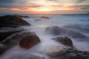 beweging zeegolven raken rots op strand, phuket foto