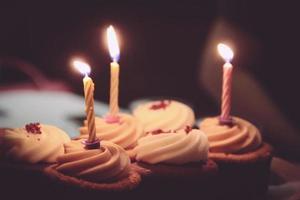 verjaardagskaarsen op cupcakes foto