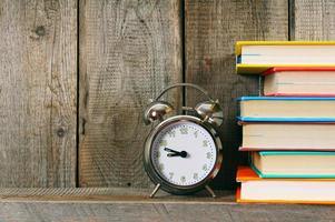 wekker en boeken. foto