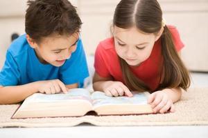 kinderen leest boek foto