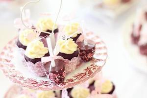 heerlijke muffins en cake knalt op plaat foto