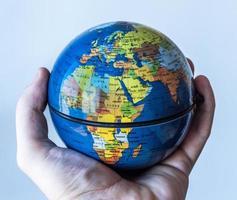 wereldbol in handpalm europa / afrika close-up foto