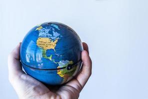 wereldbol in handpalm usa / noord-amerika foto