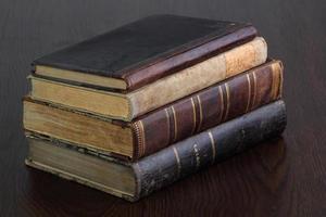 stapel oude boeken op tafel foto