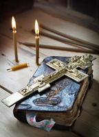 christelijk stilleven met oud boek en brandende kaarsen