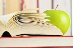 compositie met boeken en appel op tafel