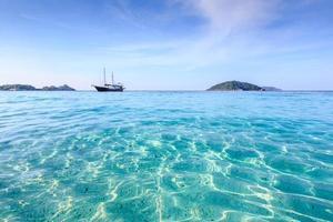 kristalheldere zee van tropisch eiland foto