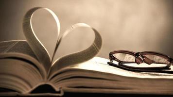 symbool van het hart van de pagina's van een oud boek