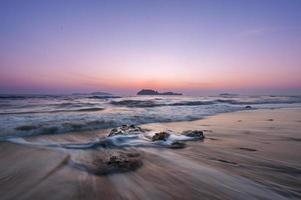 zee stenen en zonsondergang foto