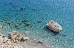 bovenaanzicht van de rotsen en transparante zee foto
