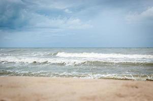 golf van de zee op het zandstrand foto