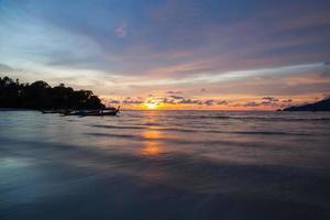 zonsondergang patong beach, phuket, thailand foto