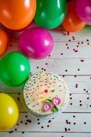 prachtig versierde verjaardagstaart met brandende kaarsen foto