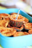 verjaardagsmuffin met kaars voor eerste verjaardag foto