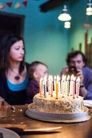 verjaardag - cake met kaarsen foto